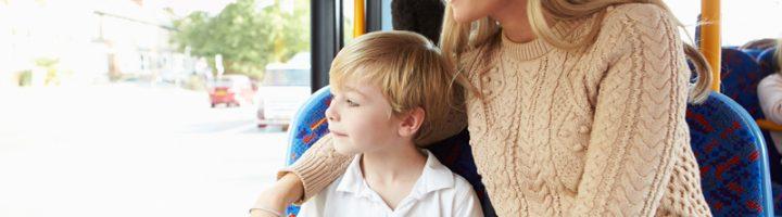Ребёнок с мамой в общественном транспорте