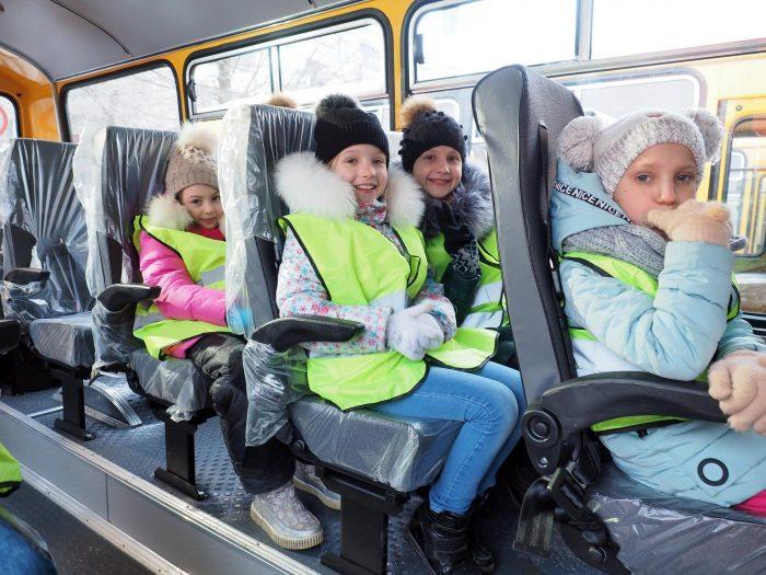 Дети сидят в транспорте