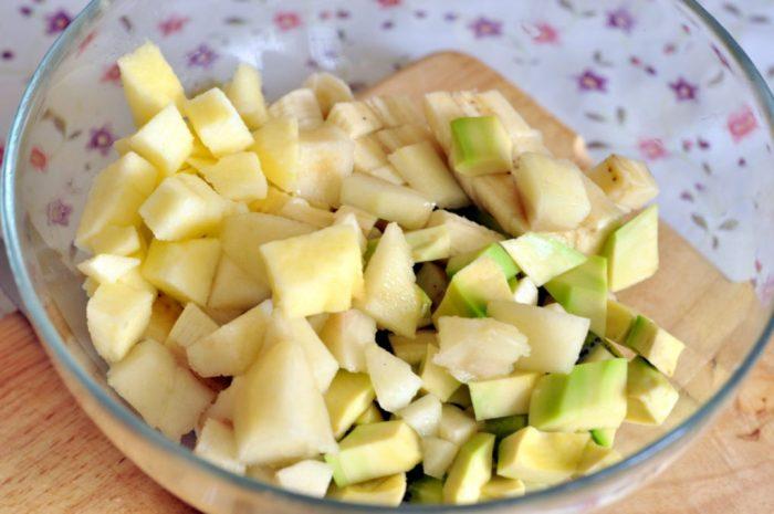 Салат из яблока, груши и банана
