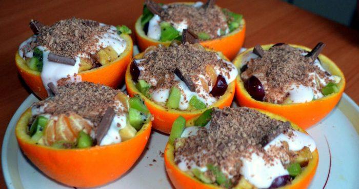 Фруктовый салат с йогуртом в половинках апельсина