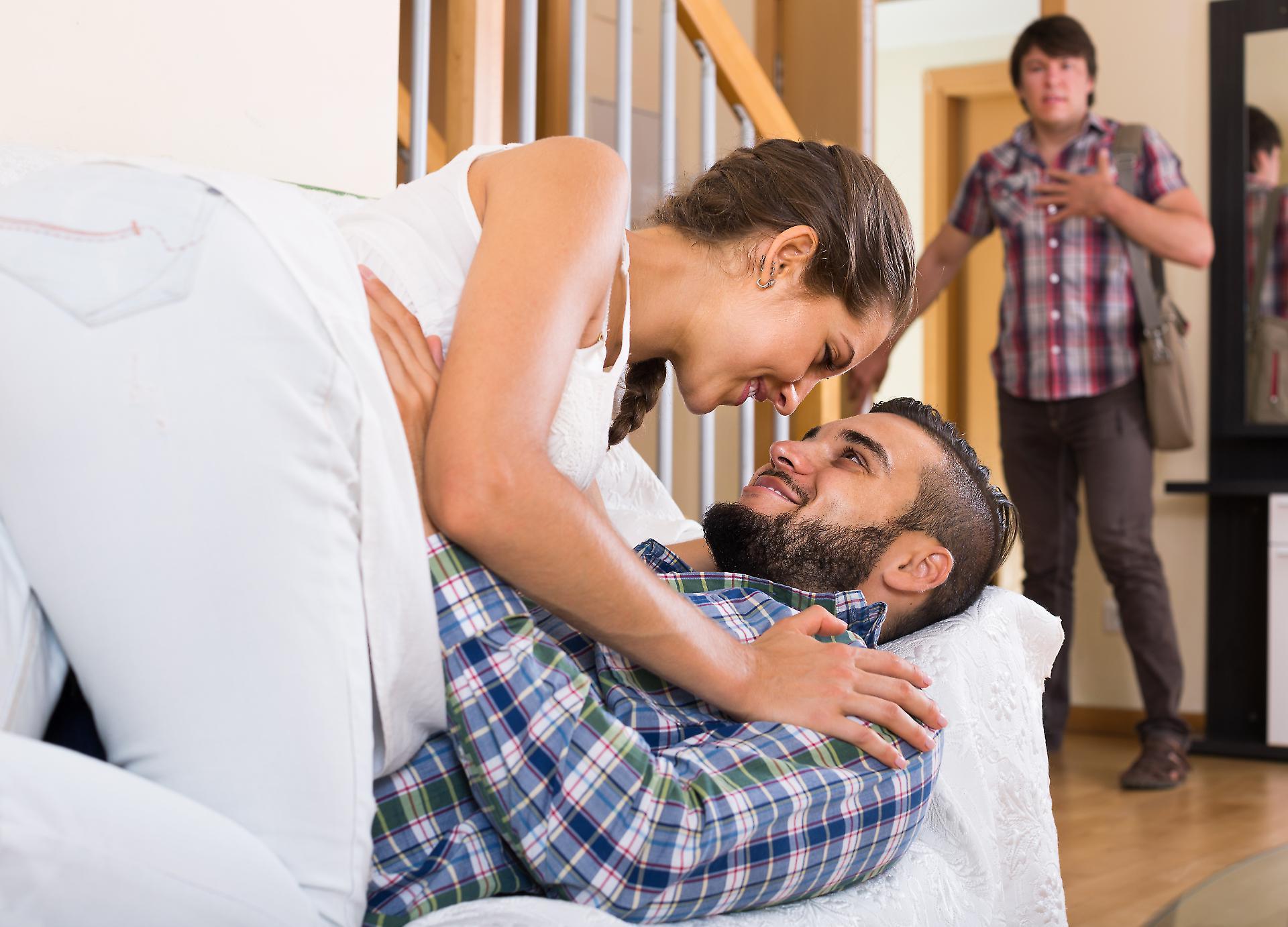 скромная жена и муж с другом видео знаю как
