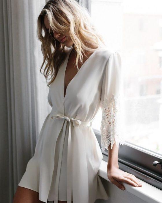 кружевное белье и халатик девушка утро