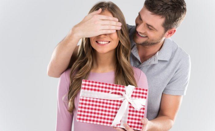 Мужчина делает женщине сюрприз