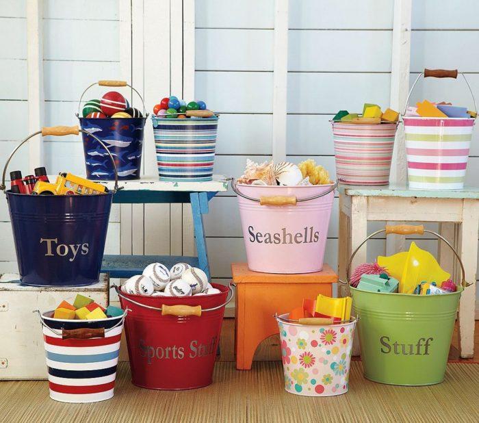 игрушки в ведрах