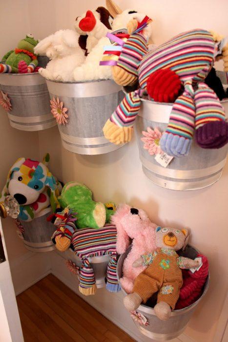 игрушки на стене в ведрах