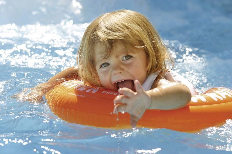 Почему маленькие дети боятся большой воды и не хотят купаться в море