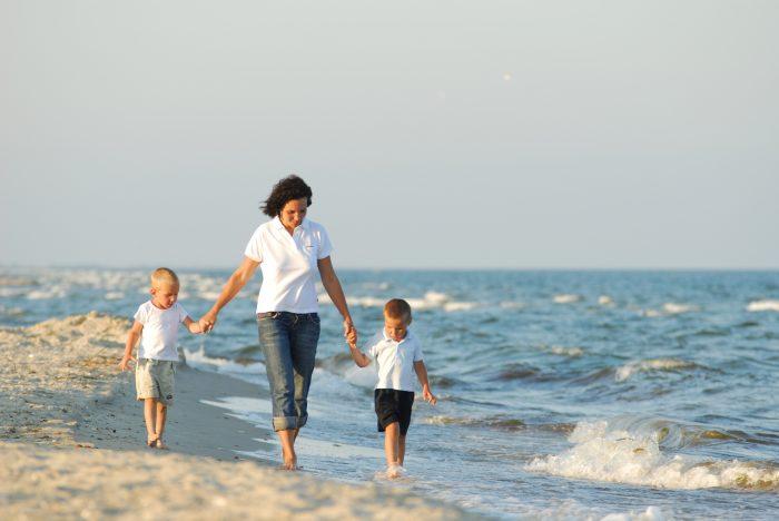 Прогула с детьми по берегу моря