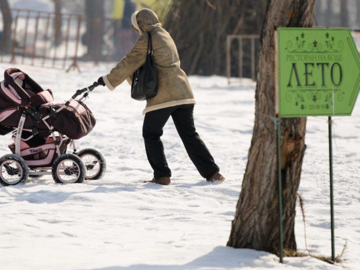катить коляску по снегу