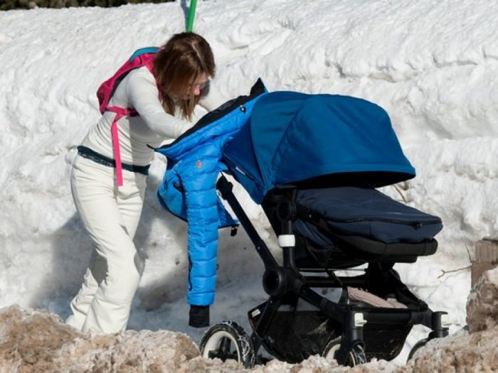 коляска в снегу