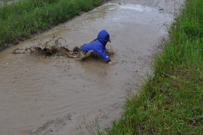 малыш упал в лужу