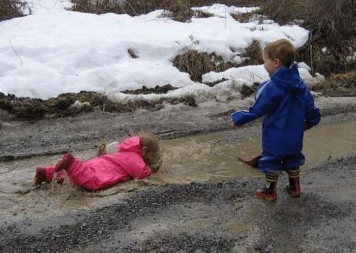 девочка упала в лужу