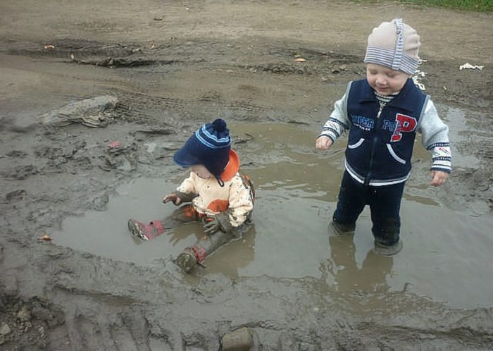 малыши в луже