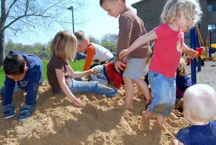 много детей в песочнице