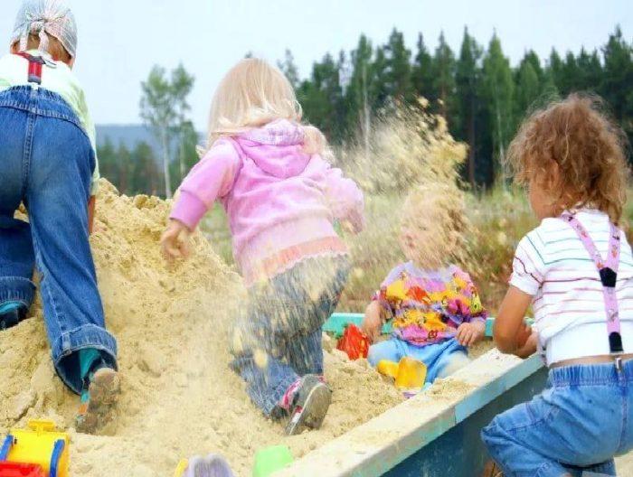 дети кидаются песком
