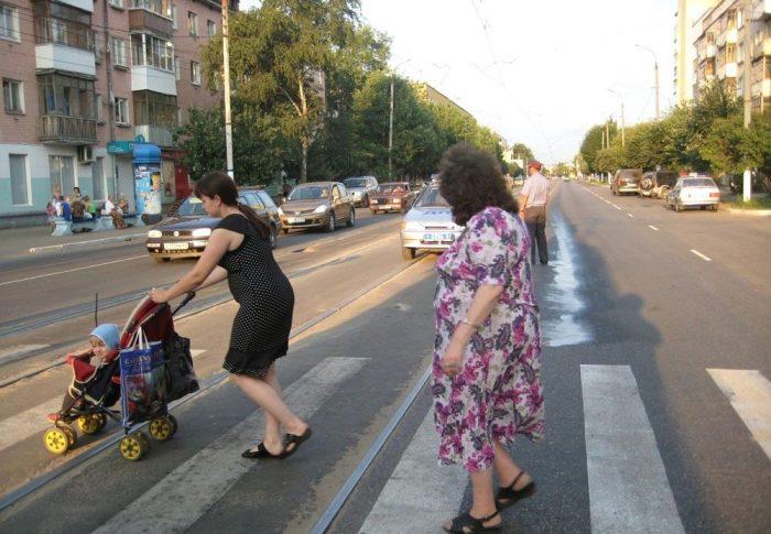 мама с коляской переходит дорогу