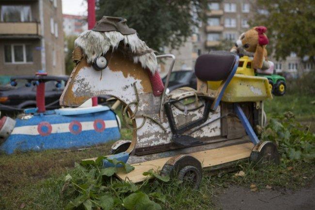 деревянный конь во дворе