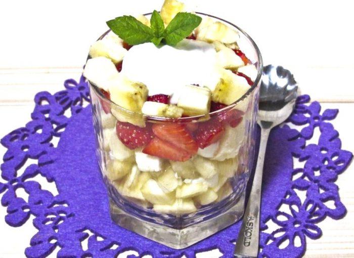 Фруктовый салат с клубникой, бананом и яблоком