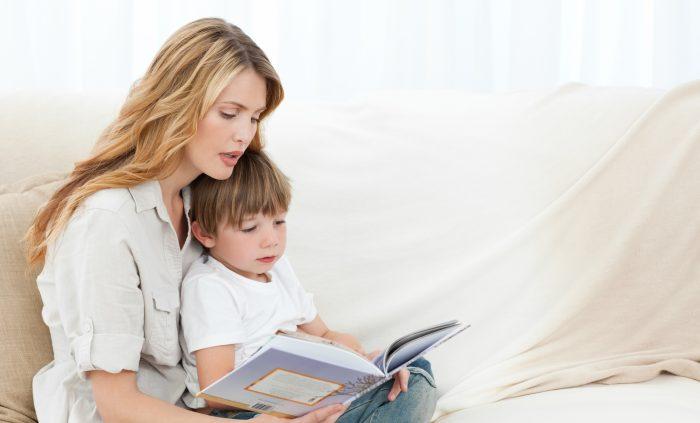 Мама показывает сыну фотоальбом