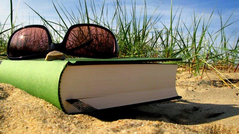 Что почитать в отпуске — список книг разных жанров для женщин и мужчин