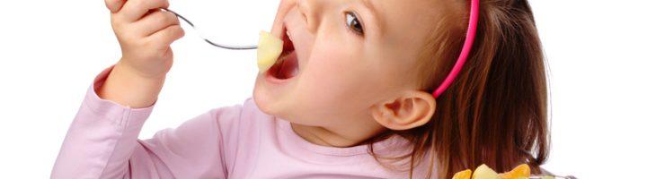 девочка ест фруктовый салат