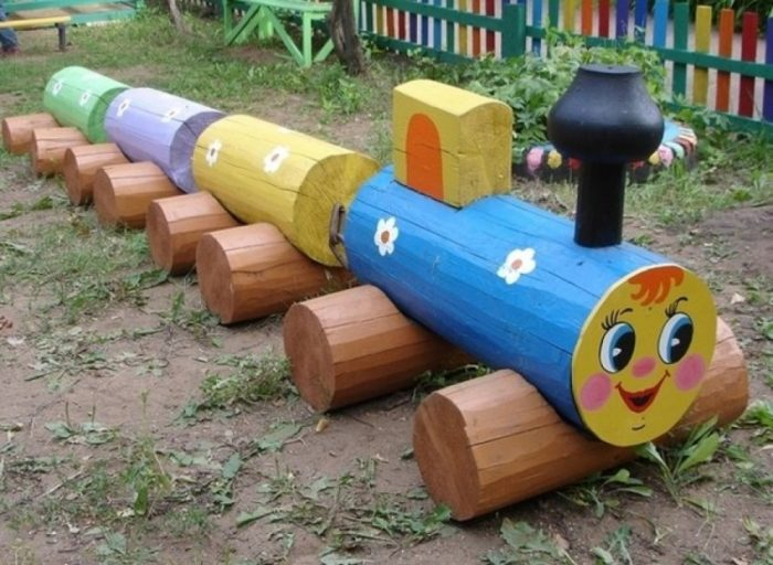 паровоз из бревен с вагонами