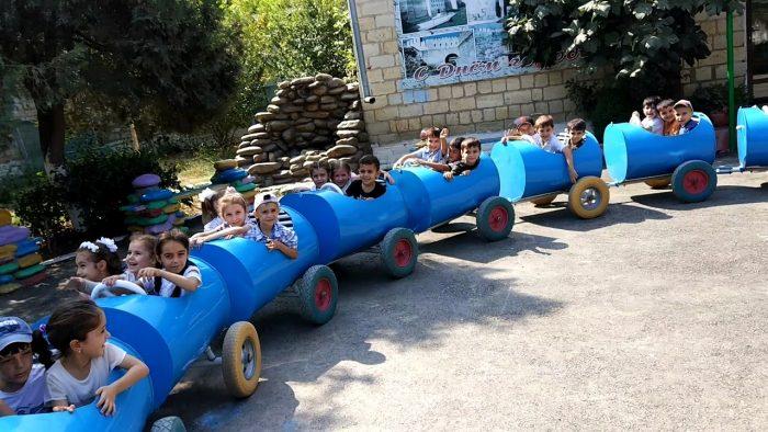 паровозик для детей из бочек
