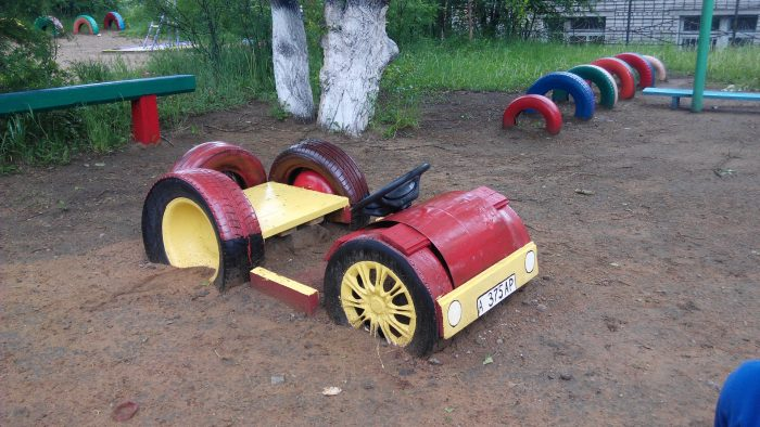 машина из шин с рулем