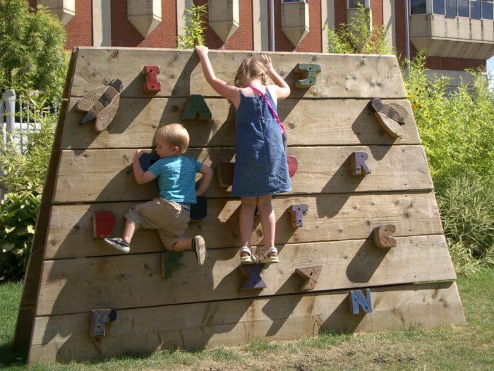 скалодром из дерева для малышей
