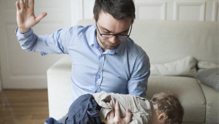Отец избивает ребёнка