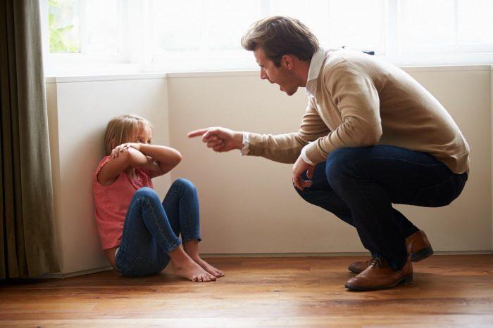 Отец запугивает ребёнка