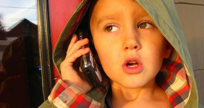 Ребёнок звонит по телефону