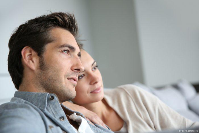Мужчина и женщина сидят прислонившись друг к другу