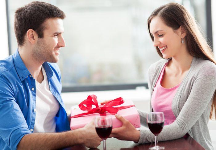 Муж дарит подарок