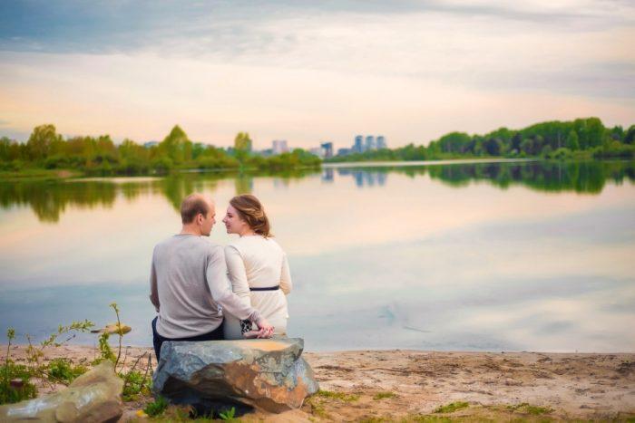 Пара сидит у озера