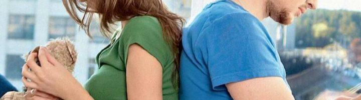Парень и девушка сидят спиной друг к другу