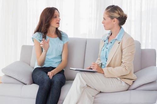 Женщина общается с психологом