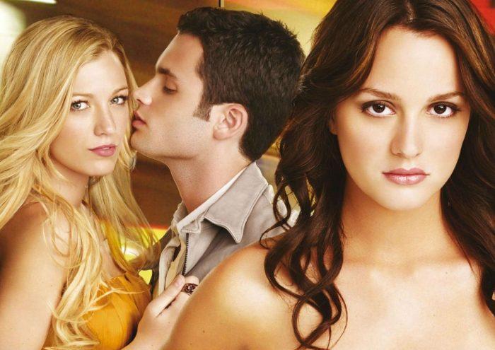 Мужчина целует девушку за спиной жены