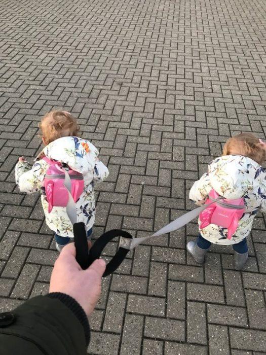 дети идут в разные стороны