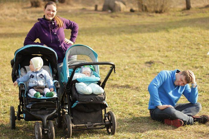 папа устал гулять с детьми