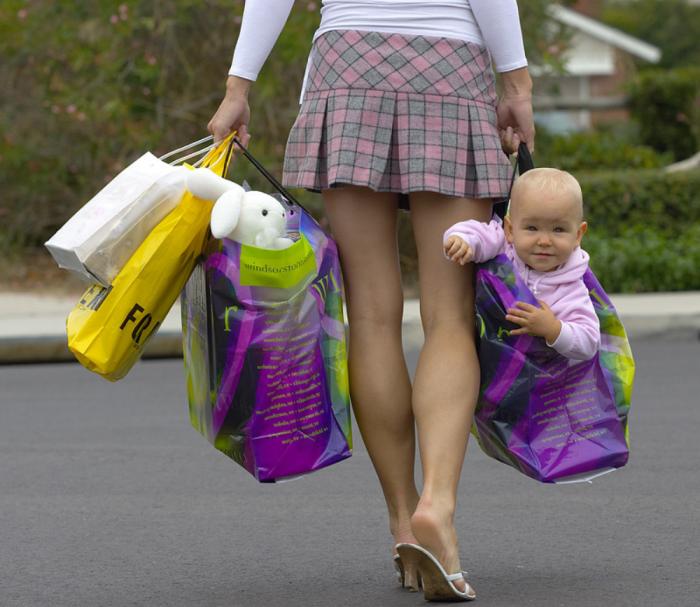 ребенка несут в пакете