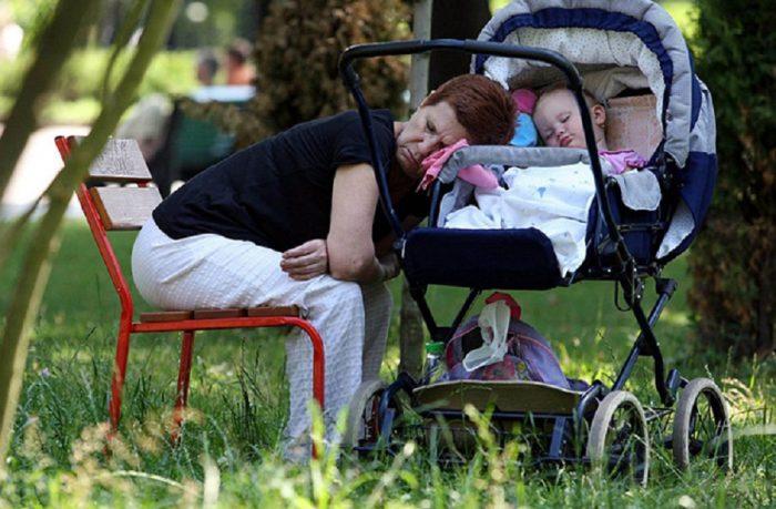 бабушка уснула на прогулке с коляской