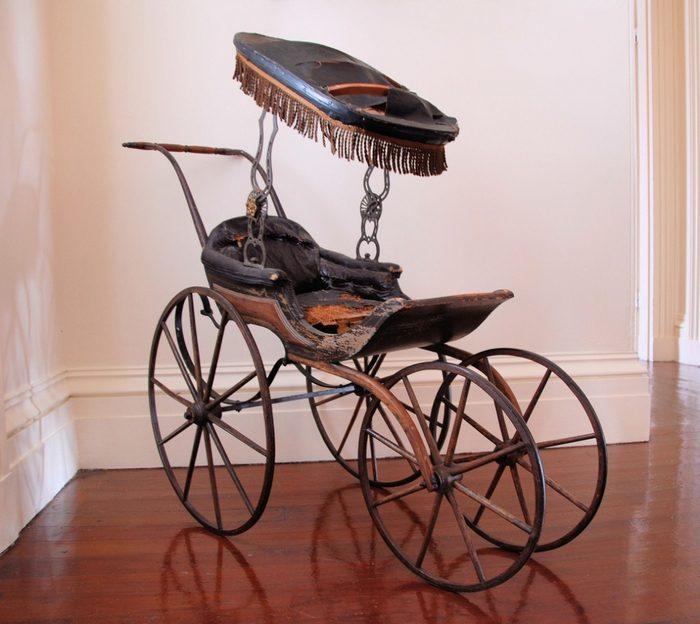 старинная детская коляска с навесом