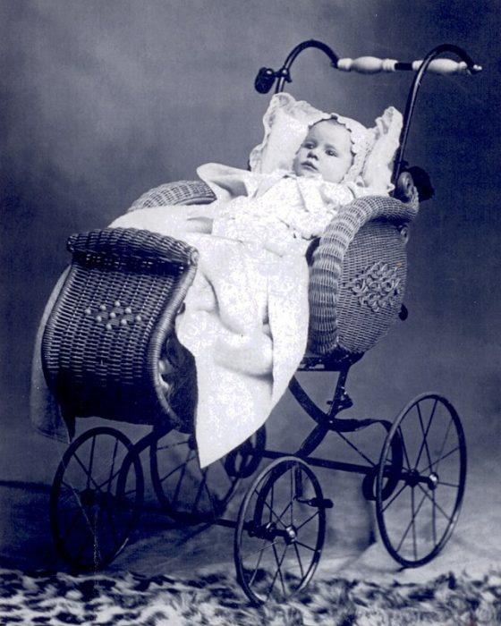 старинная детская коляска плетеная
