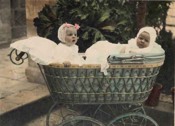 старинная детская коляска с двумя детьми