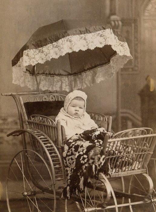 старинная детская коляска с зонтиком