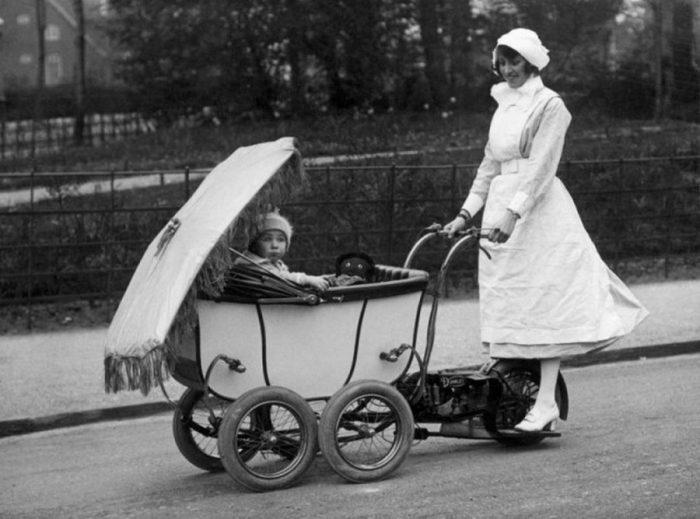 старинная детская коляска моторизованная в парке