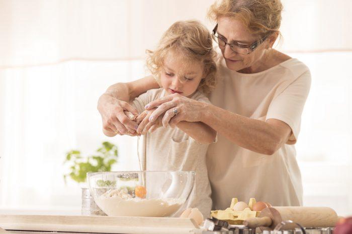 бабушка учит внучку готовить