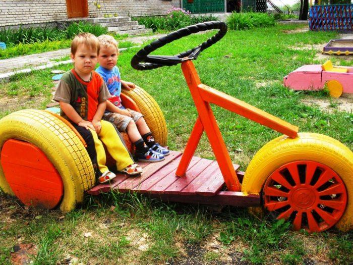 мальчики в машинке из дерева и шин