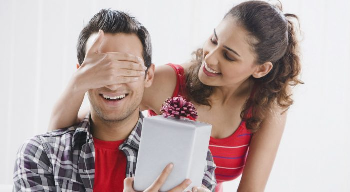 Девушка дарит парню подарок