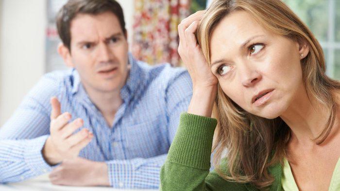 Мужчина разговаривает с женщиной о неприятном